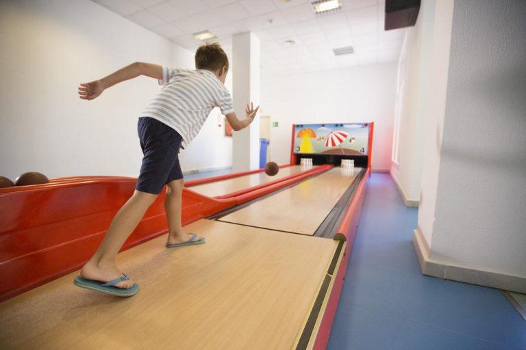 Hipotels Barrosa Garden hotel para niños mini bowling
